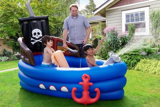 piscine bateau pirate bleu avec enfants qui jouent